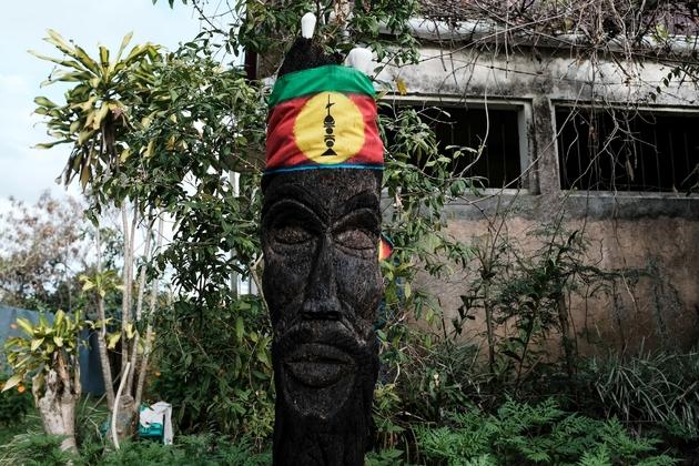 Le drapeau du Front de liberation nationale kanak socialiste (FLNKS) enroulé autour d'une sculpture dans une ancienne ferme de Poindimie