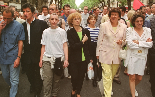 Bertrand Delanoë, alors président du groupe PS au conseil de Paris, Jack Lang, ancien ministre de la Culture, Roselyne Bachelot, alors députée RPR, défilent, le 26 juin 1999, en tête de la grande parade de la Gay pride 1999,  où une banderole proclamait