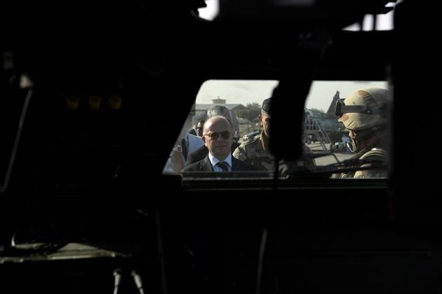 Le Premier ministre, Bernard Cazeneuve, rencontre les soldats de la force française antijihadiste Barkhane à la base aérienne de N'Djamena, le 29 décembre 2016 au Tchad