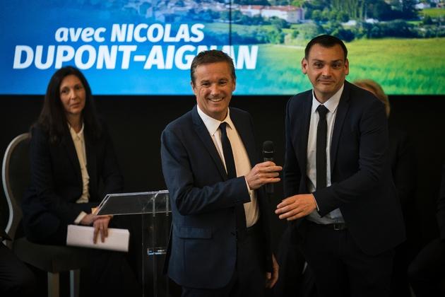 """Nicolas Dupont-Aignan, au côté du """"gilet jaune"""" Benjamin Cauchy, donne une conférence de presse présentant sa liste pour les  élections européennes, le 28 mars 2019 à Paris"""