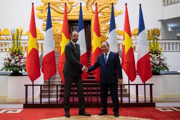 Le Premier ministre français Edouard Philippe (g) et son homologue vietnamien Nguyen Xuan Phuc, le 2 novembre 2018 à Hanoï