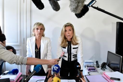 Janine Bonaggiunta (G) et Nathalie Tomasini (D), avocates de Jacqueline Sauvage lors d'une conférence de presse à Paris le 12 août 2016