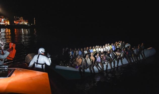 Des migrants en train d'être secourus par l'équipage du Topaz Responder de l'ONG maltaise Moas et la croix rouge italienne au large des côtes libyennes le 4 novembre 2016