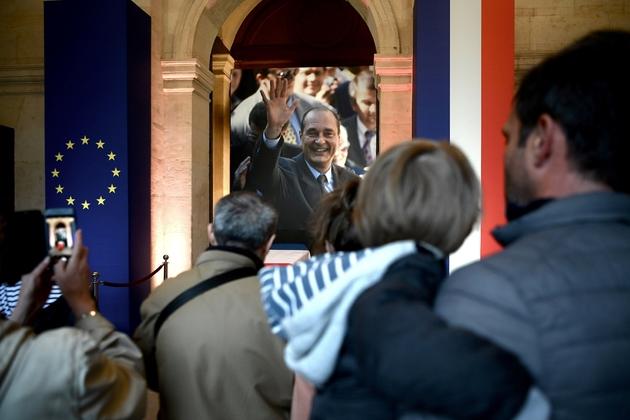 Des personnes dans la cathédrale des Invalides à Paris pour saluer la dépouille de l'ex-président Jacques Chirac, le 29 septembre 2019