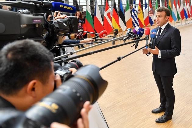 Le président français Emmanuel  Macron s'exprime devant la presse avant un sommet européen extraordinaire à Bruxelles le 28 mai 2019