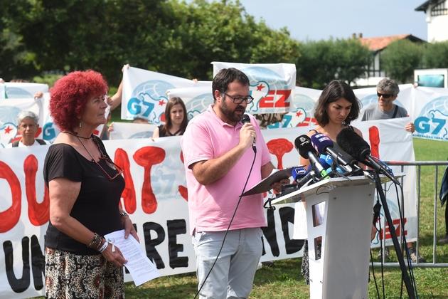 Des responsables du mouvement anti-G7 EZ Enaut ARamendi (c) et Aurélie Trouvé (d) lors d'une conférence de presse, le 26 août 2019 à Biarritz
