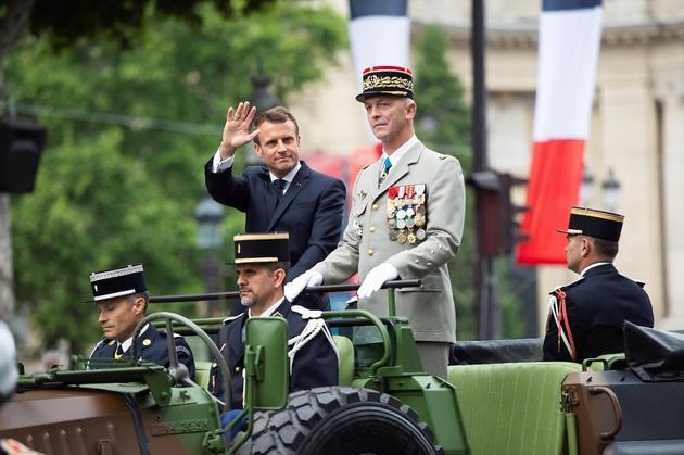 Emmanuel Macron et le général François Lecointre descendent les Champs-Elysées, le 14 juillet 2019