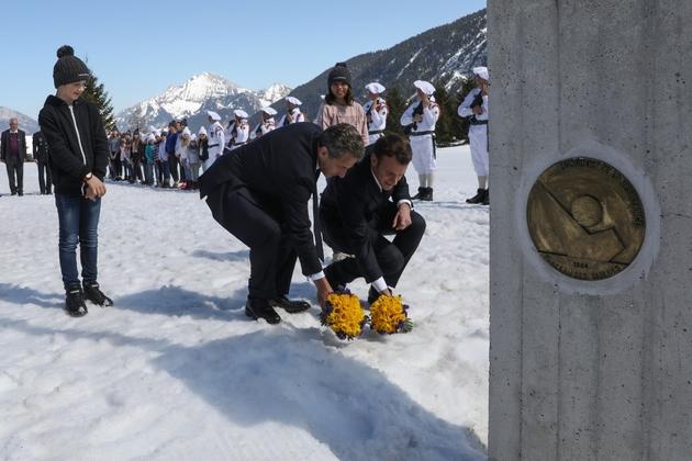 Emmanuel Macron (D) et Nicolas Sarkozy (G) déposent des fleurs au monument à la Résistance pendant une cérémonie en hommage aux résistants tués au plateau des Glières (Haute-Savoie), le 31 mars 2019