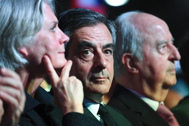Penelope et François Fillon assis à côté d'Edouard Balladur au meeting Porte de Versailles le 9 avril 2017