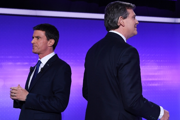 Manuel Valls et Arnaud Montebourg dos à dos, le 19 janvier 2017 lors du dernier débat télévisé à Paris