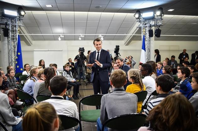 Emmanuel Macron converse avec des enfants le 28 mars 2019 à Beaupreau-en-Mauges