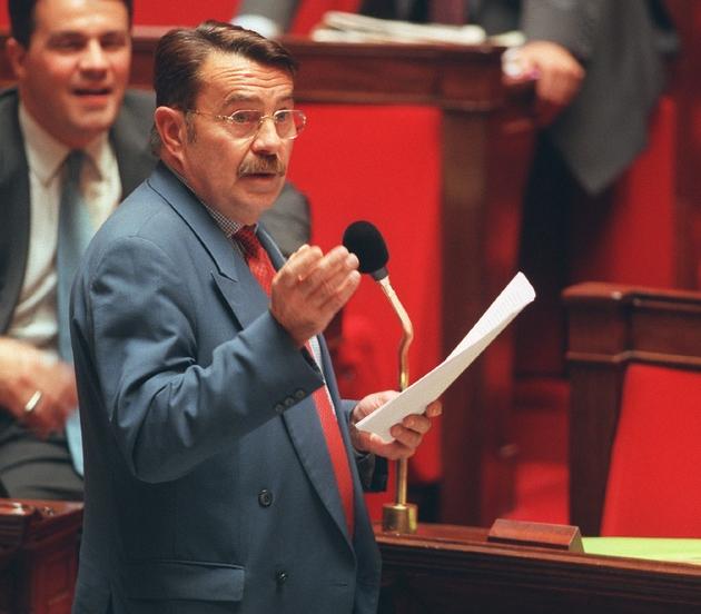 Le député d'alors Jean-Pierre Michel (MDC),  s'exprime, le  13 octobre 1999 à l'Assemblée nationale à Paris, lors de l'adoption définitive du Pacte Civil de Solidarité par 315 voix contre 249 et 4 abstentions.