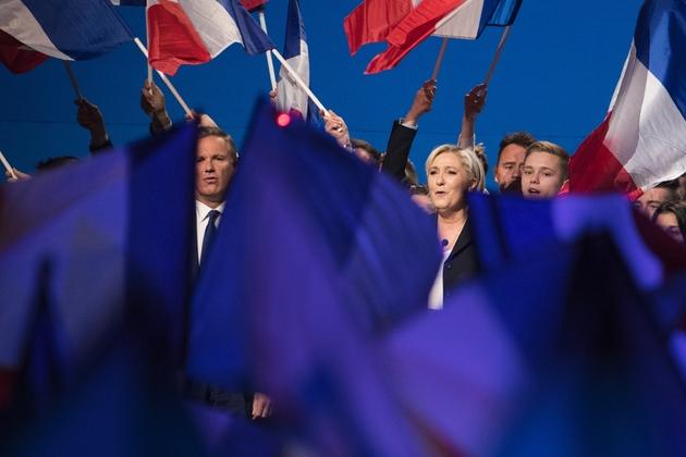 Marine Le Pen et Nicolas Dupont-Aignan (g) lors d'un meeting à Villepinte, le 1er mai 2017, près de Paris
