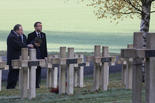 Emmanuel Macron se recueille sur la tombe de Robert Porchon, frère d'armes de Maurice Genevoix, le 6 novembre 2018 à Eparges dans la Meuse
