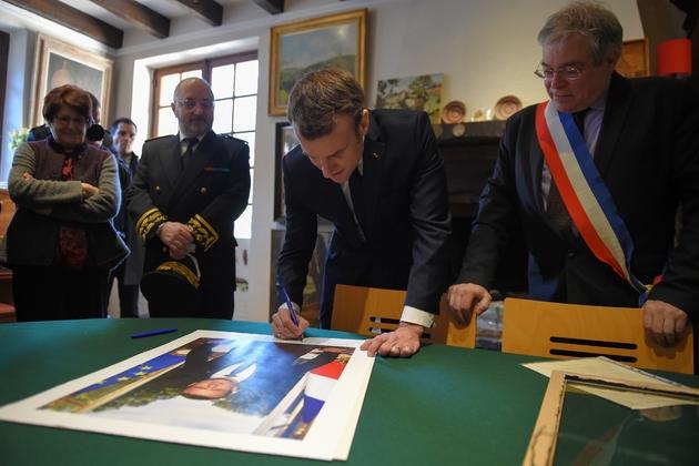 Le chef de l'Etat signe son portrait officiel dans la mairie de Gargilesse-Dampierre, le 14 février 2019