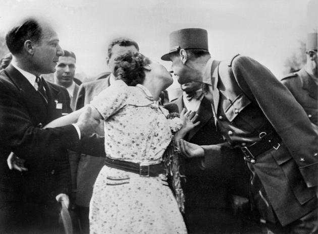 Une femme embrasse le général de Gaulle lors de la parade sur les Champs-Elysées le 26 août 1944 au lendemain de la Libération de Paris