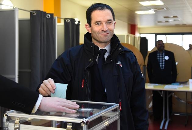 Benoît Hamon, candidat à la primaire organisée par le PS,vote à Trappes le 22 janvier 2017