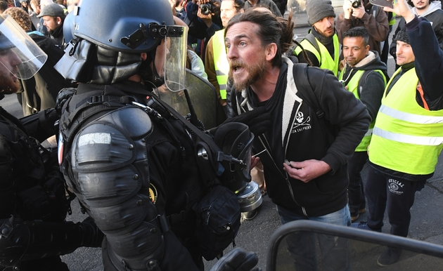 """Un manifestant face à un gendarme mobile lors d'une manifestation de """"gilets jaunes"""", le 2 mars 2019 à Bordeaux"""