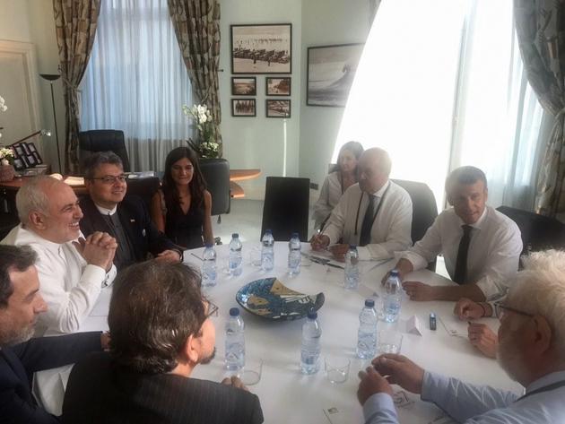 Photo diffusée sur le compte Twitter du ministre iranien des Affaires étrangères Mohammad Javad Zarif (g) lors d'une réunion avec le président français Emmanuel Macron (d) et le ministre français des Affaires étrangères Jean-Yves Le Drian (2e d), le 25