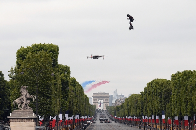 Franky Zapata vole au-dessus des Champs-Elysées le 14 juillet 2019