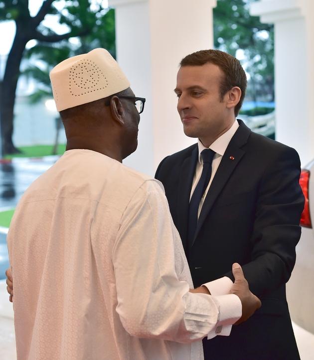 Le président malien lIbrahim Boubacar Keïta (G), président en exercice du G5 Sahel, accueille son homologue français Emmanuel Macron (D) à Bamako au Mali le 2 juillet 2017