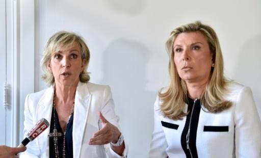 Janine Bonaggiunta (g) et Nathalie Tomasini (d), avocates de Jacqueline Sauvage, condamnée à dix ans de réclusion pour le meurtre de son mari violent, lors d'une conférence de presse, le 12 août 2016 à Paris