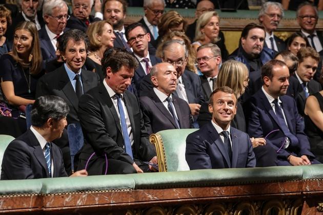 Emmanuel Macron et le princehéritier du Japon Naruhito (au 1er rang, à gauche) assistent à une représentation de théâtre Nô à l'Opéra royal de Versailles, le 12 septembre 2018