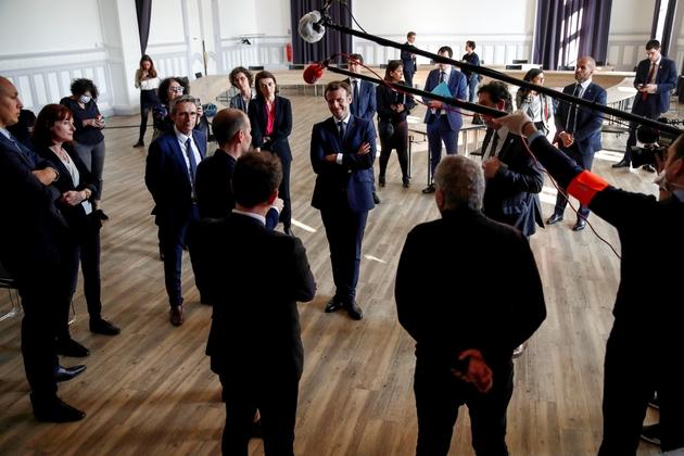 Emmanuel Macron rencontre des travailleurs sociaux et des bénévoles chargés d'aider les personnes âgées lors d'une visite dans un CCAS à La Courneuve en Seins-Saint-Denis, le 7 avril 2020