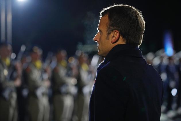 Le président français Emmanuel Macron effectue une revue des troupes le 7 novembre 2018 sur le site de la Pierre d'Haudroy, dans l'Aisne