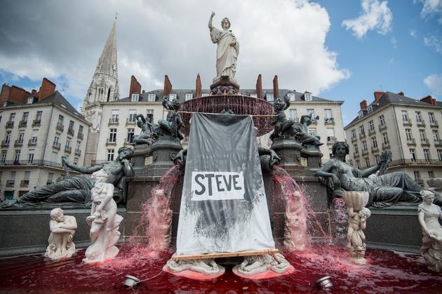 la fontaine de la place Royale de Nantes teinte en rouge le 30 juillet 2019 après la découverte du corps de Steve dans la Loire