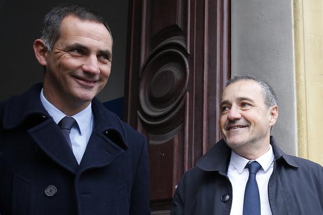 Les candidats du parti Corse Libre Gilles Simeoni (g) et Jean Guy Talamoni (d) après avoir voté à Bastia le 3 décembre 2017