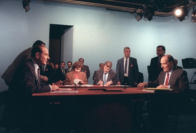 Les candidats à l'élection présidentielle française Jacques Chirac (à gauche) et François Mitterrand (à droite), débattent à la télévision, le 28 avril 1988