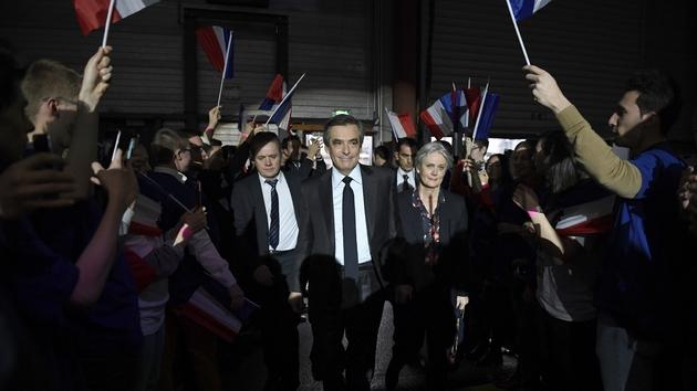 Des sympathisants accueillent François Fillon lors d'un meeting, le 29 janvier 2017 à Paris