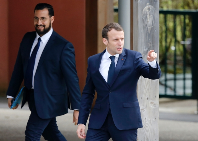 Le président Emmanuel Macron avec Alexandre Benalla à Berd'huis en Normandie, le 12 avril 2018
