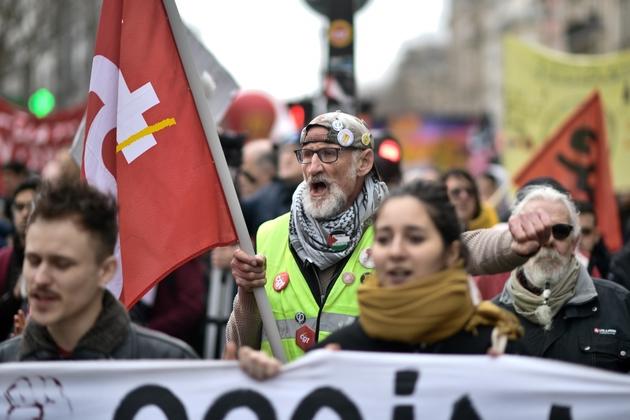 Un gilet jaune dans la manifestation contre la réforme des retraites le 20 février 2020 à Paris