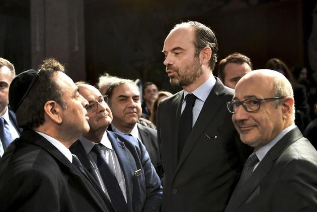 Le Premier ministre Edouard Philippe, Joel Mergui, président du  Consistoire israélite central (g) et Francis Kalifat (d), président du Cirf, après avoir présenté son plan contre le racisme et l'antisémitisem, le 19 mars 2018 à Paris