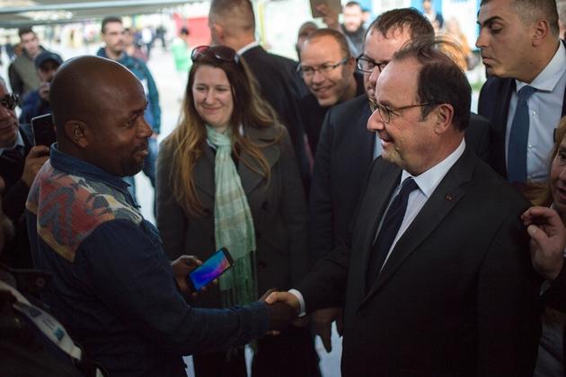 L'ancien président de la République français François Hollande, au camp de réfugiés Eleonas, à Athènes, le 15 novembre 2018