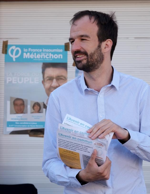 Manuel Bompard, candidat de La France Insoumise, distribue des tracts à Toulouse le 26 mai 2017