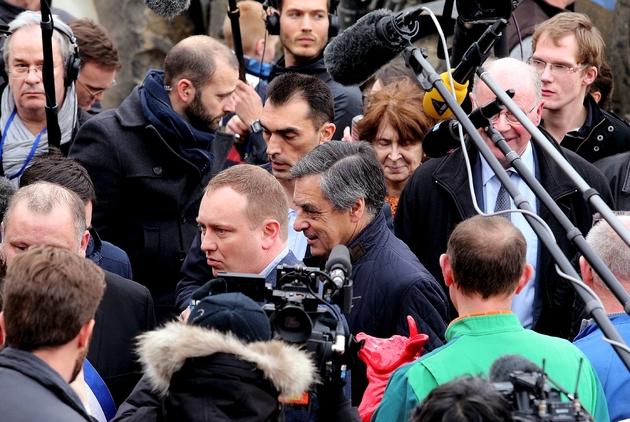 François Fillon entouré de journalistes le 2 février 2017 à Liart