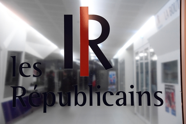 Le logo du parti LR (Les Républicains) à l'entrée du siège le 29 novembre 2016 à Paris