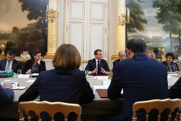 Le président Emmanuel Macron (C) préside le conseil des ministres, le 17 octobre 2018 à Paris
