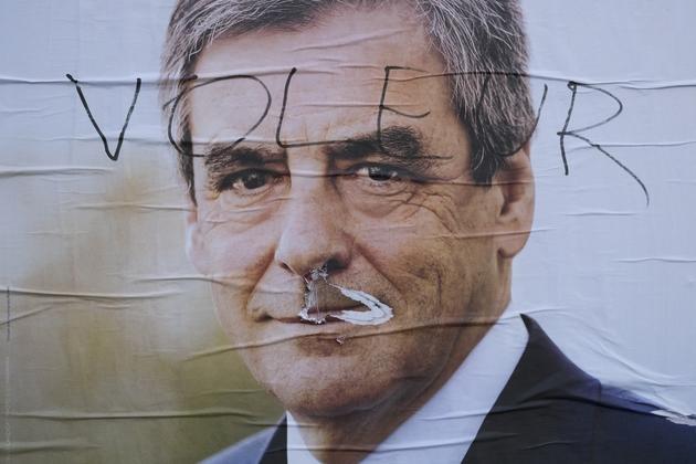 """L'affiche officielle du candidat Fillon taguée du mot """"voleur"""" en avril 2017 à Paris"""