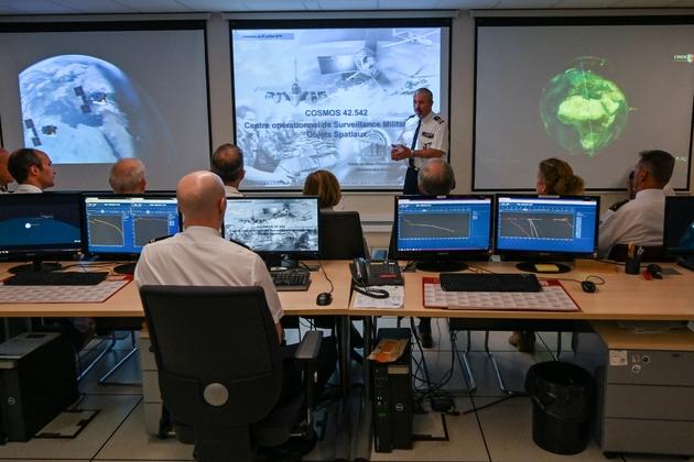 Florence Parly (au centre) visite le Commandement de la défense aérienne et des opérations aériennes à la base de Lyon Mont Verdun, le 25 juillet 2019
