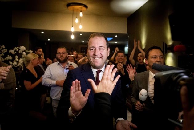 Lodewijk Asscher (c), leader des travaillistes (PvdA), célèbre la victoire de son parti aux élections européennes, le 23 mai 2019 à La Haye