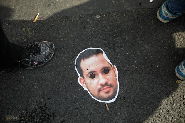 Un masque d'Alexandre Benalla lors de la manifestation du 1er mai 2019 à Paris