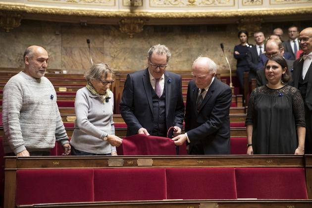 Dévoilement d'une plaque commémorative apposée sur le fauteuil qu'occupait Jean Jaurès à l'Assemblée Nationale, par le président de cette assemblée Richard Ferrand, en présence de membres de la famille Jaurès. Photo prise à Paris le 7 novembre 2018.
