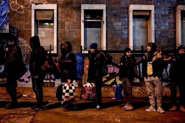 Des migrants évacués patientent avant de monter dans des bus, le 28 janvier 2020 Porte d'Aubervilliers à PAris