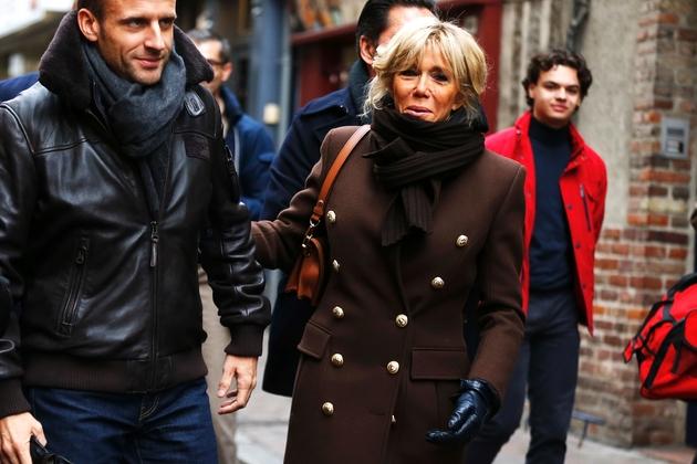 Emmanuel et Brigitte Macron, le 1er novembre 2018, dans les rues de Honfleur.