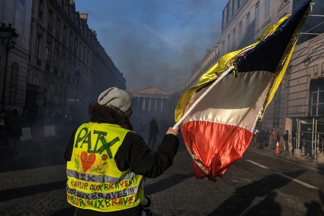 """Un """"gilet jaune"""" durant la manifestation avec la CGT à Paris, le 5 février 2019"""