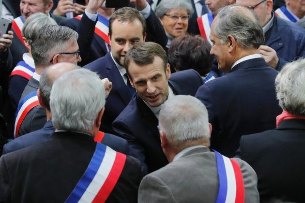 Emmanuel Macron salue les maires normands réunis à Grand Bourgtheroulde, le 15 janvier 2018